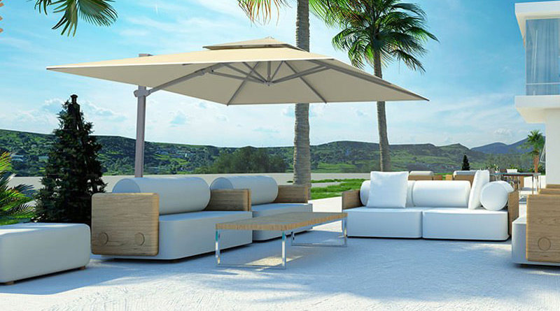 Großer Sonnenschirm über einem Loungesofa