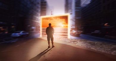 Mann steht vor digitaler Leinwand