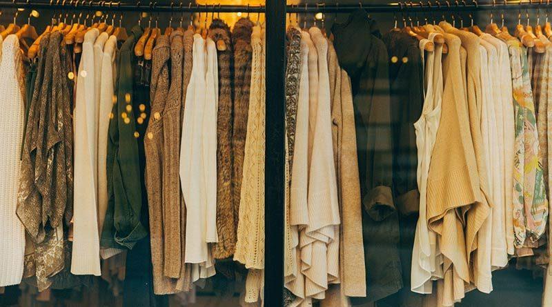 Frauenkleidung auf einem Ständer