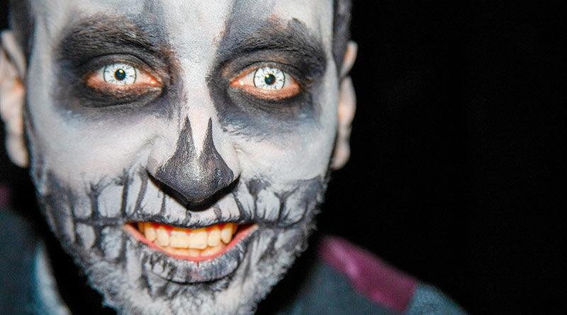 Mann mit gruseliger Halloween-Schminke