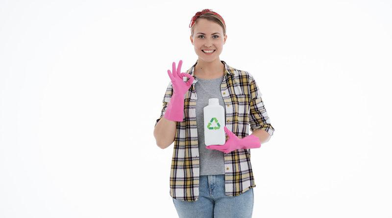 Junge Frau mit ökologischem Putzmittel