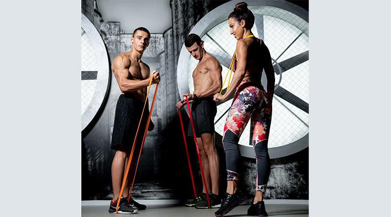 Drei Personen trainieren mit Fitnessband